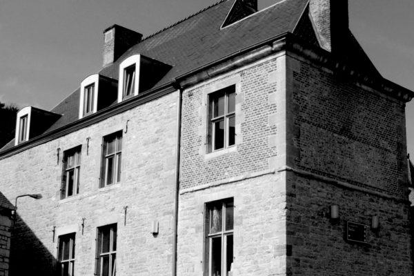 Belgique_-_Maison_des_Baillis_(Nismes)_-_01